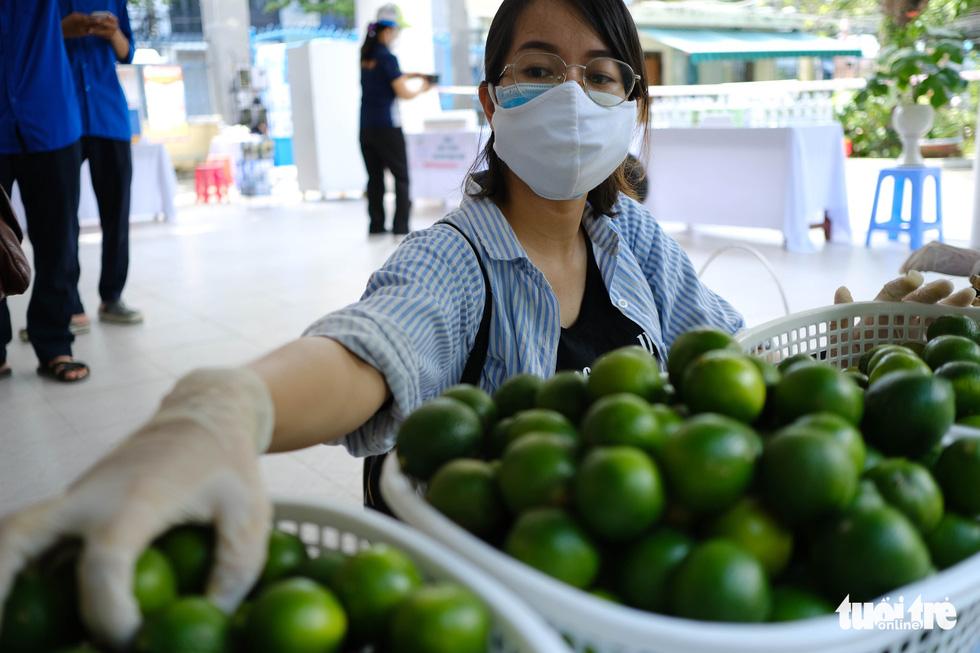 Người nghèo đi chợ miễn phí ở Đà Nẵng, còn được phát khẩu trang - Ảnh 3.