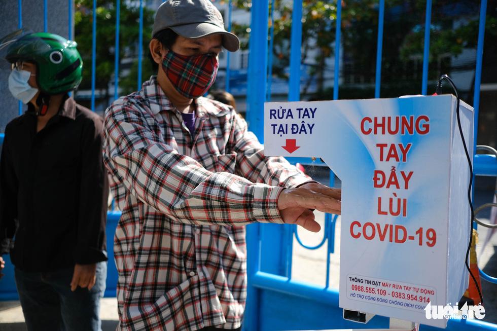 Người nghèo đi chợ miễn phí ở Đà Nẵng, còn được phát khẩu trang - Ảnh 4.