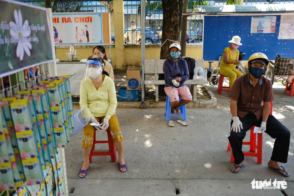 Người nghèo đi chợ miễn phí ở Đà Nẵng, còn được phát khẩu trang - Ảnh 5.