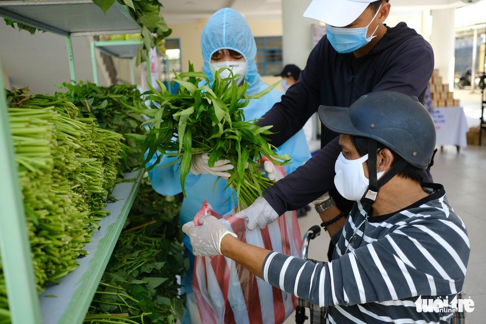 Người nghèo đi chợ miễn phí ở Đà Nẵng, còn được phát khẩu trang - Ảnh 1.