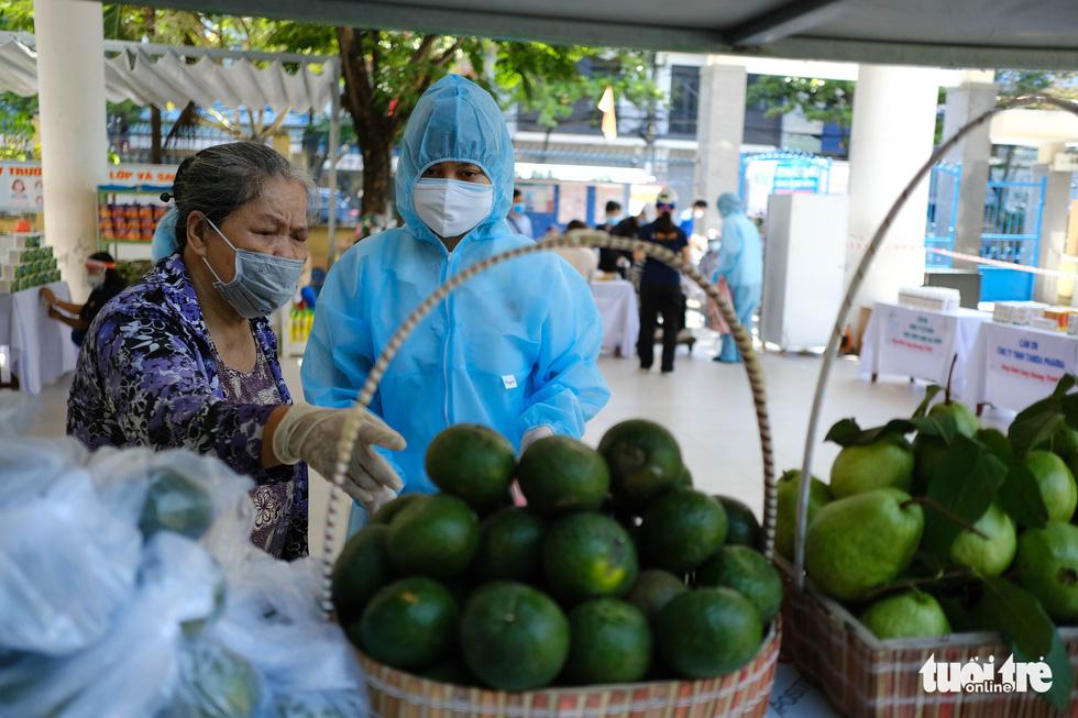 Người nghèo đi chợ miễn phí ở Đà Nẵng, còn được phát khẩu trang - Ảnh 7.