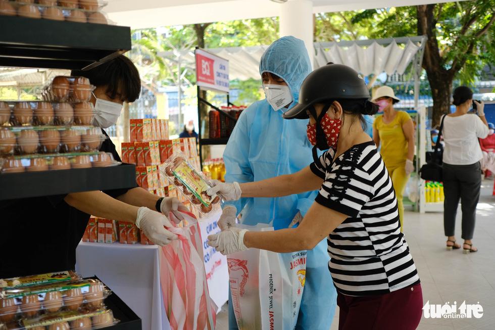 Người nghèo đi chợ miễn phí ở Đà Nẵng, còn được phát khẩu trang - Ảnh 8.