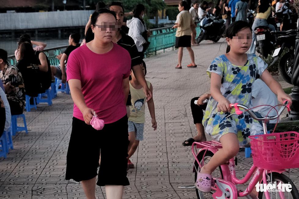 Phố đi bộ tạm dừng, người dân dồn ra Hồ Tây ngày cuối tuần mặc kệ COVID-19 - Ảnh 4.