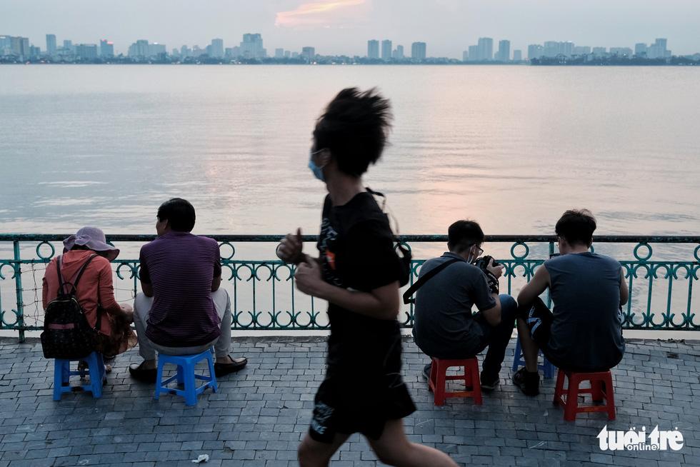 Phố đi bộ tạm dừng, người dân dồn ra Hồ Tây ngày cuối tuần mặc kệ COVID-19 - Ảnh 6.