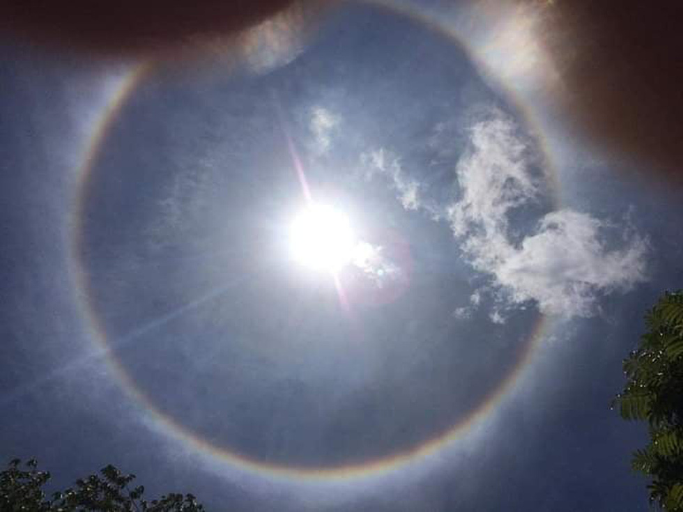 Hào quang mặt trời xuất hiện giữa trưa, người dân thích thú khoe trên mạng - Ảnh 2.