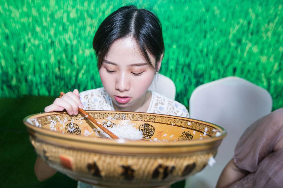 Vì sao Trung Quốc ngăn chặn mukbang - loại video ăn uống thừa thãi ê hề? - Ảnh 2.