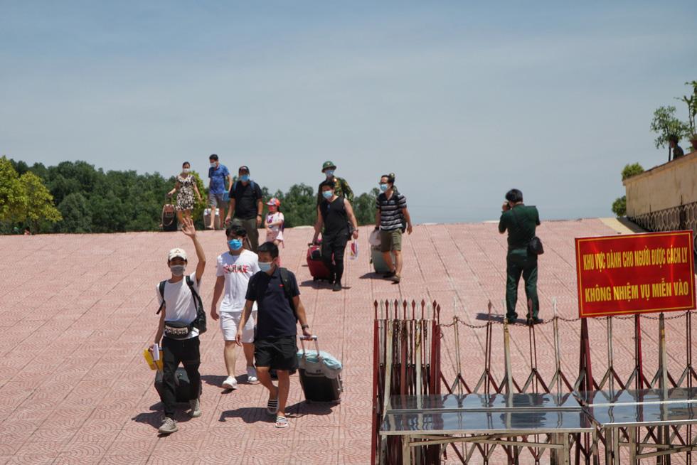 Hơn 400 người từ Đà Nẵng về Hà Nội hết cách ly, đều âm tính với SARS-CoV-2 - Ảnh 1.