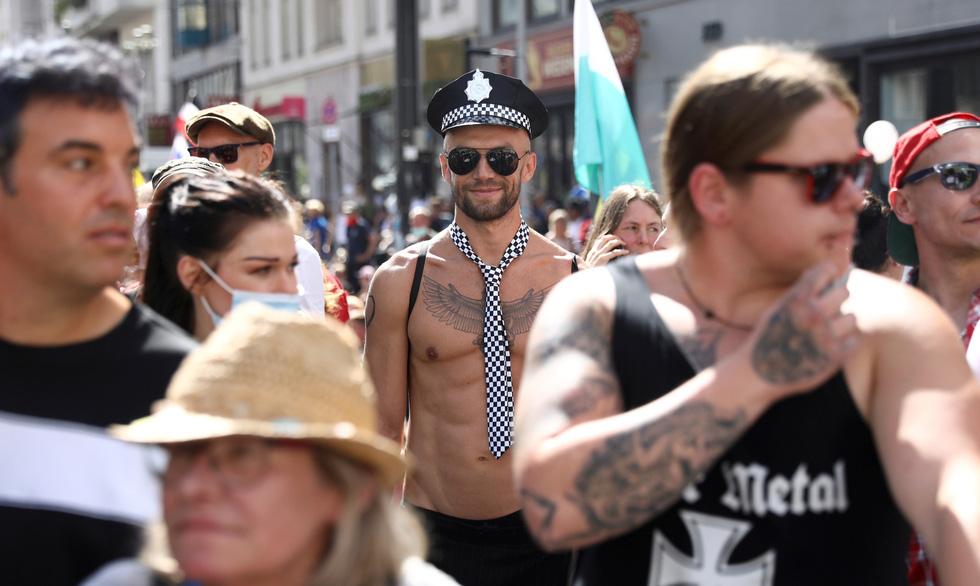 Người Đức trêu ngươi chính quyền, tụ tập xuống đường biểu tình - Ảnh 6.