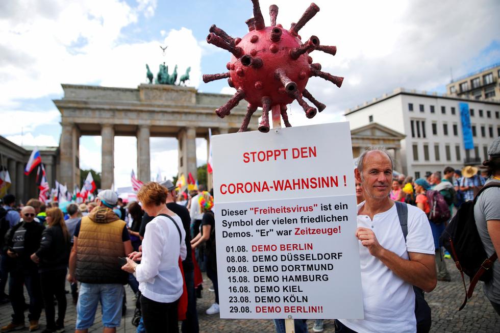 Người Đức trêu ngươi chính quyền, tụ tập xuống đường biểu tình - Ảnh 2.