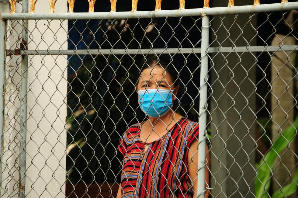 Bên trong khu dân cư có gia đình 7 người nhiễm COVID-19 - Ảnh 13.