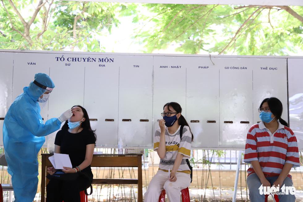 11.000 thí sinh Đà Nẵng đi xét nghiệm COVID-19, chuẩn bị bước vào kỳ thi đặc biệt - Ảnh 2.