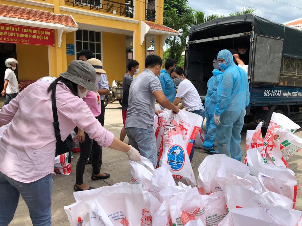 Xe chở thịt cá, gạo muối phát tận nhà cho hàng ngàn dân Hội An bị cách ly - Ảnh 3.