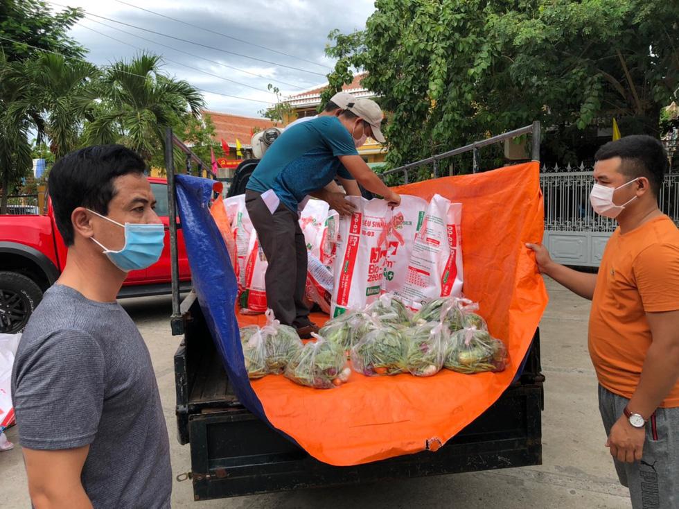 Xe chở thịt cá, gạo muối phát tận nhà cho hàng ngàn dân Hội An bị cách ly - Ảnh 4.
