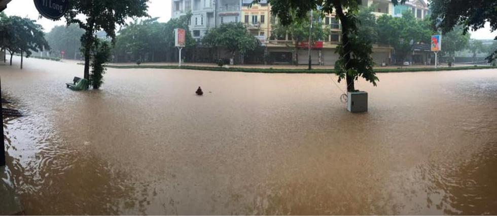 Dân bì bõm dắt xe sau cơn mưa lớn tại Vĩnh Phúc - Ảnh 1.