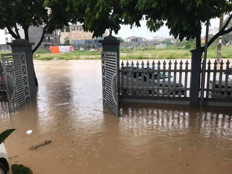 Dân bì bõm dắt xe sau cơn mưa lớn tại Vĩnh Phúc - Ảnh 6.