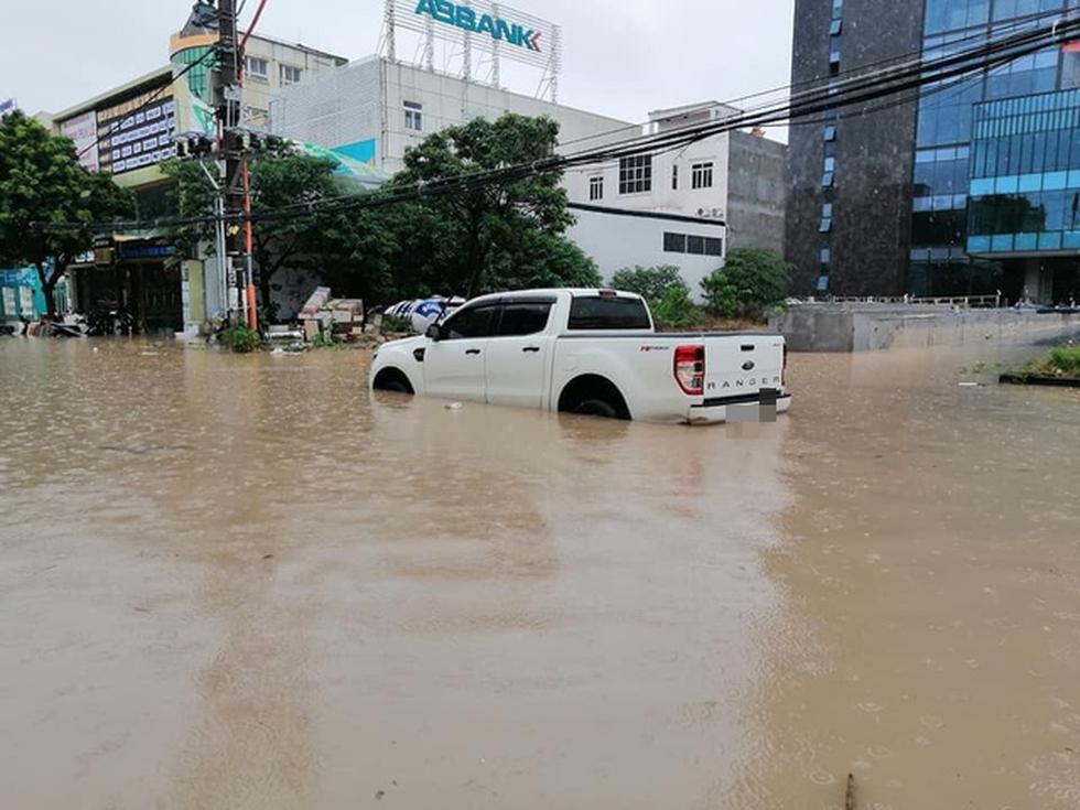 Dân bì bõm dắt xe sau cơn mưa lớn tại Vĩnh Phúc - Ảnh 3.