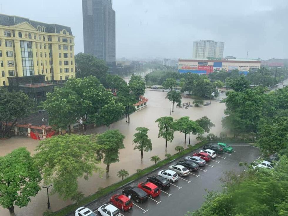 Dân bì bõm dắt xe sau cơn mưa lớn tại Vĩnh Phúc - Ảnh 9.