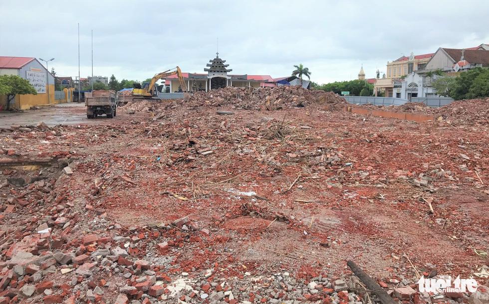 Video những hình ảnh 2 tháp chuông nhà thờ Bùi Chu khi sụp đổ - Ảnh 12.