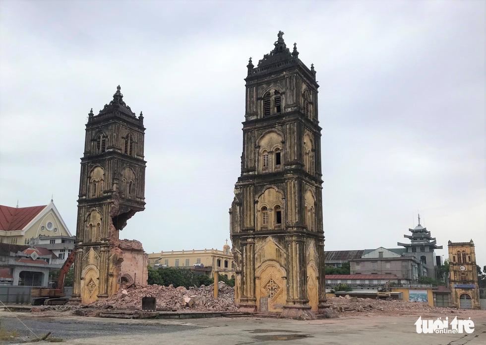 Video những hình ảnh 2 tháp chuông nhà thờ Bùi Chu khi sụp đổ - Ảnh 5.