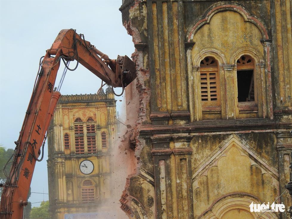 Video những hình ảnh 2 tháp chuông nhà thờ Bùi Chu khi sụp đổ - Ảnh 6.