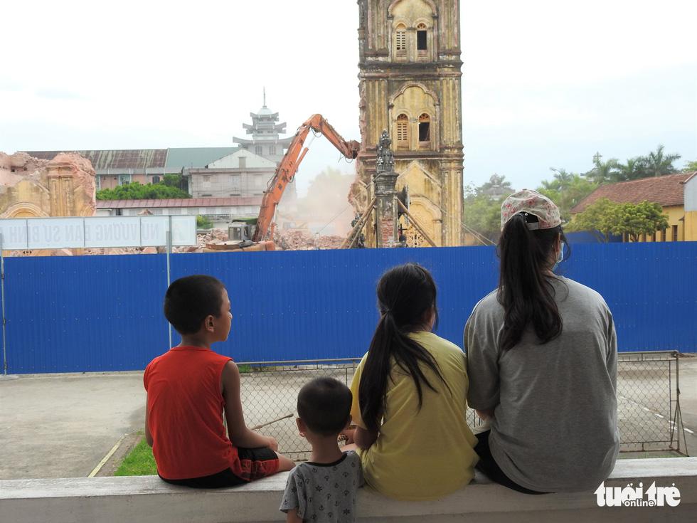 Video những hình ảnh 2 tháp chuông nhà thờ Bùi Chu khi sụp đổ - Ảnh 7.