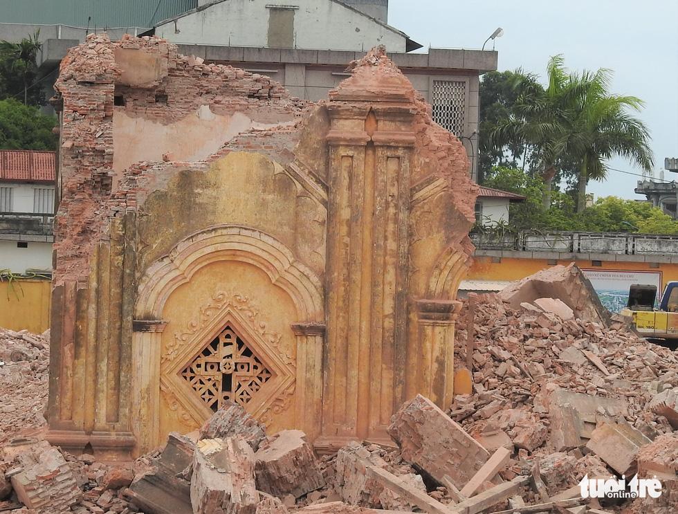 Video những hình ảnh 2 tháp chuông nhà thờ Bùi Chu khi sụp đổ - Ảnh 9.