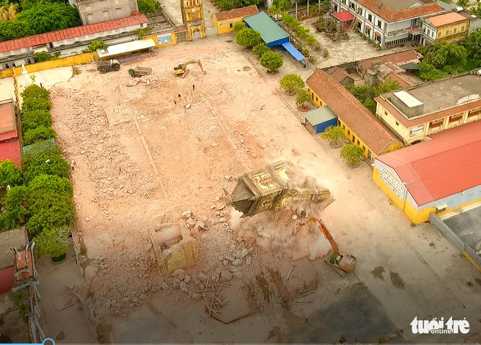 Video những hình ảnh 2 tháp chuông nhà thờ Bùi Chu khi sụp đổ - Ảnh 1.