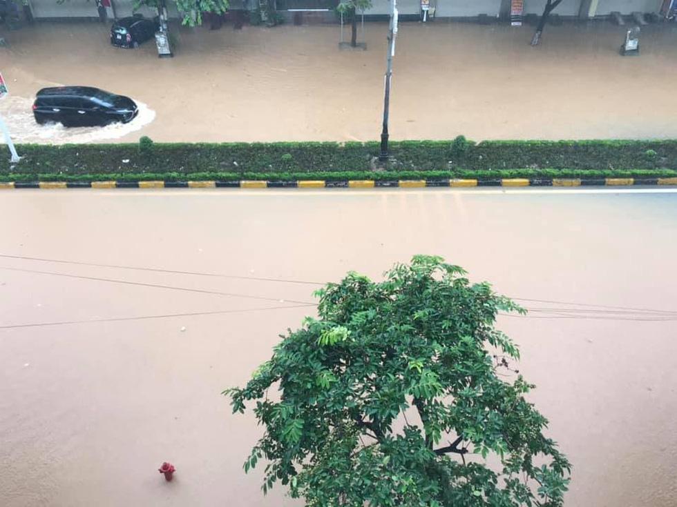 Dân bì bõm dắt xe sau cơn mưa lớn tại Vĩnh Phúc - Ảnh 7.