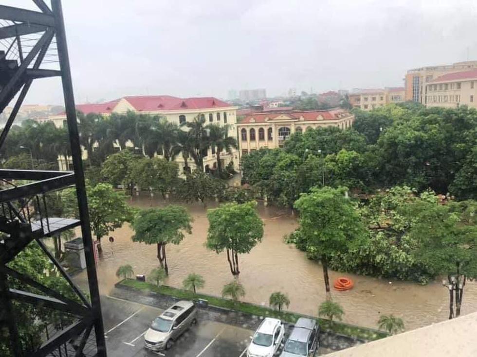 Dân bì bõm dắt xe sau cơn mưa lớn tại Vĩnh Phúc - Ảnh 5.