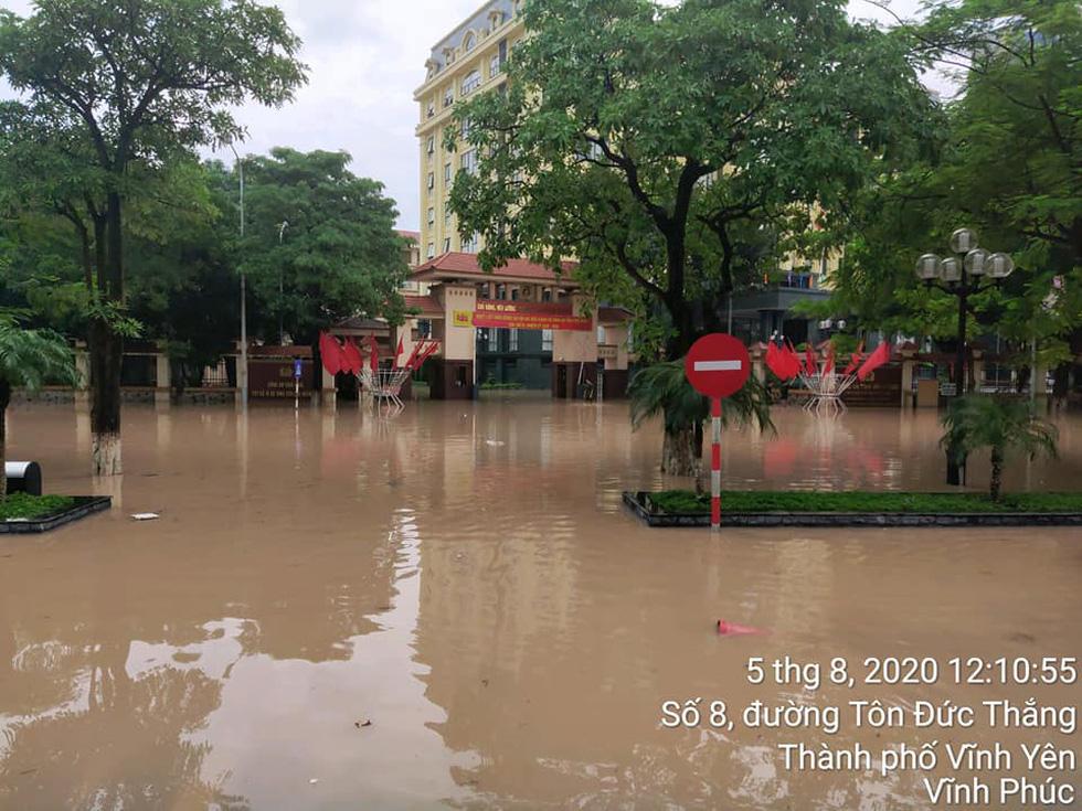 Dân bì bõm dắt xe sau cơn mưa lớn tại Vĩnh Phúc - Ảnh 10.
