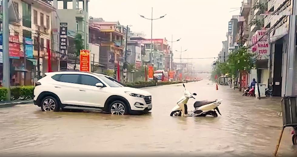 Vừa nâng cấp hệ thống thoát nước, TP Điện Biên Phủ ngập như sông sau mưa lớn - Ảnh 8.
