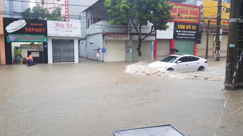 Vừa nâng cấp hệ thống thoát nước, TP Điện Biên Phủ ngập như sông sau mưa lớn - Ảnh 4.