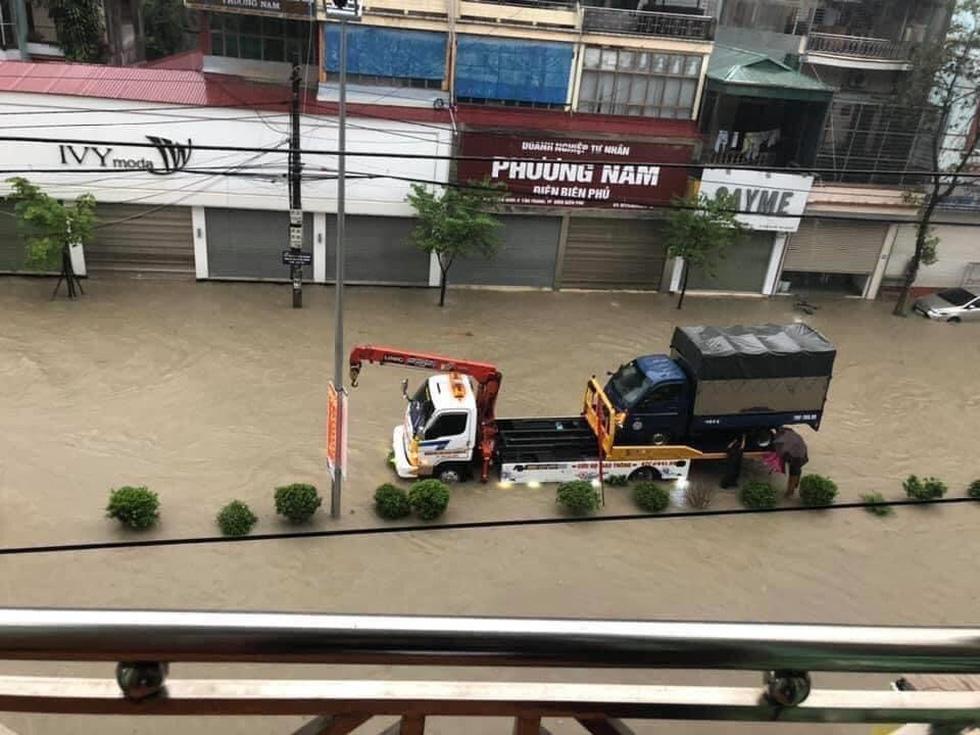 Vừa nâng cấp hệ thống thoát nước, TP Điện Biên Phủ ngập như sông sau mưa lớn - Ảnh 7.