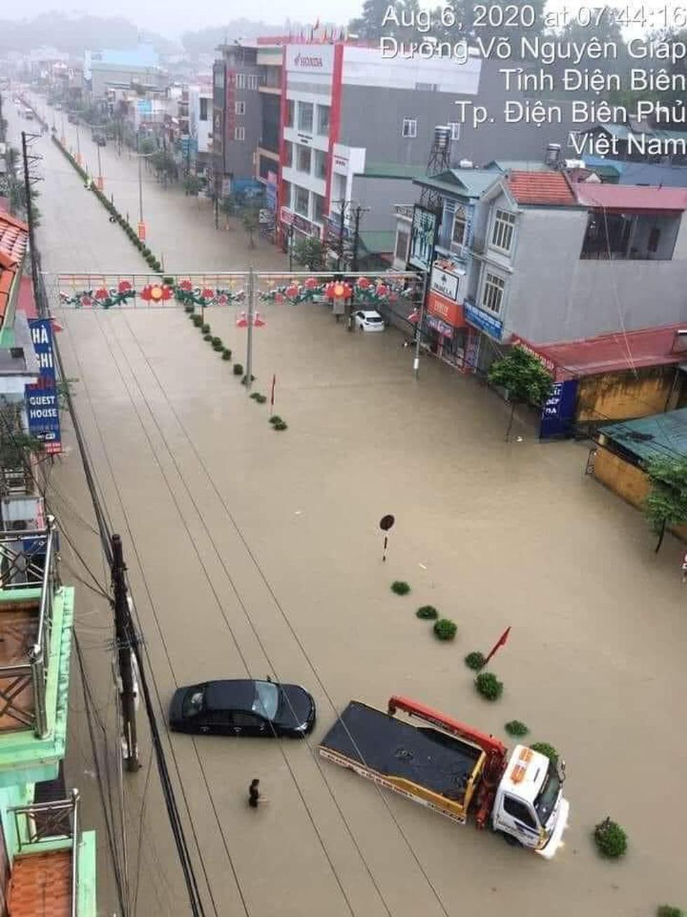 Vừa nâng cấp hệ thống thoát nước, TP Điện Biên Phủ ngập như sông sau mưa lớn - Ảnh 1.