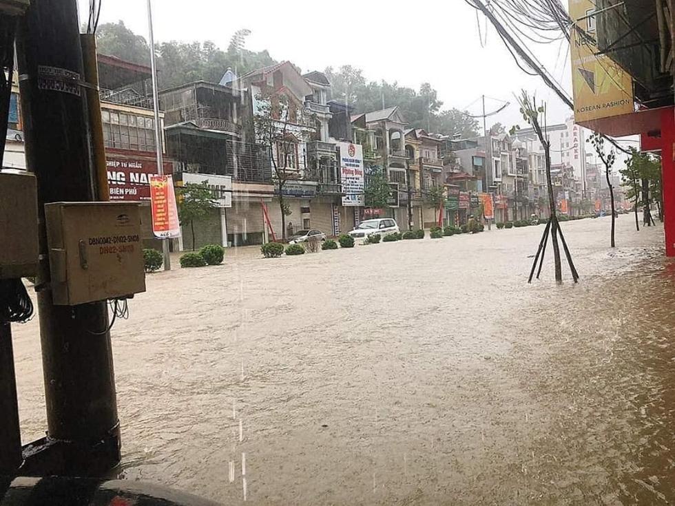 Vừa nâng cấp hệ thống thoát nước, TP Điện Biên Phủ ngập như sông sau mưa lớn - Ảnh 3.