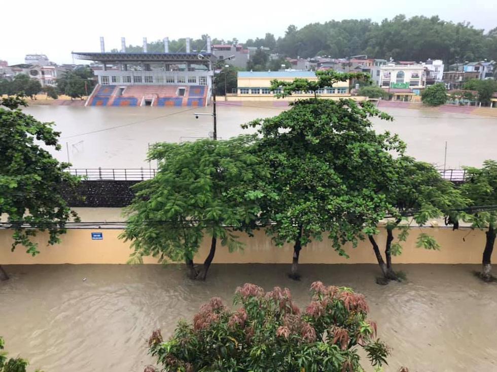 Vừa nâng cấp hệ thống thoát nước, TP Điện Biên Phủ ngập như sông sau mưa lớn - Ảnh 5.