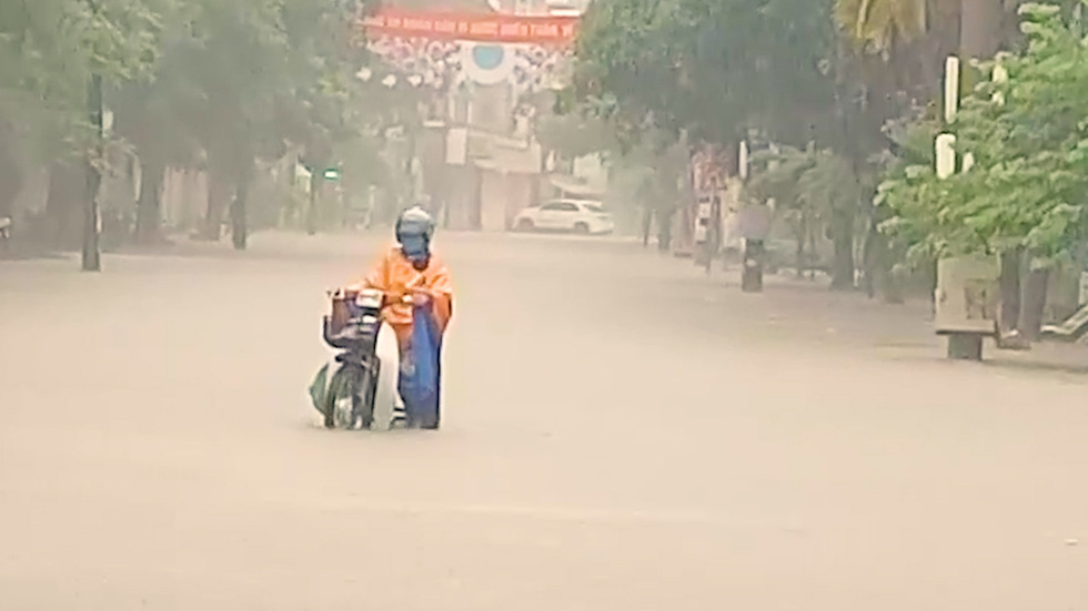 Vừa nâng cấp hệ thống thoát nước, TP Điện Biên Phủ ngập như sông sau mưa lớn - Ảnh 9.