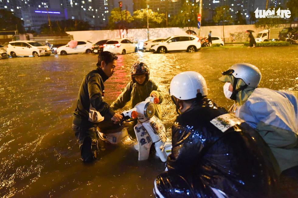 Sài Gòn mưa rất lớn, nửa đêm cả người lẫn xe vẫn vạ vật trên đường - Ảnh 4.