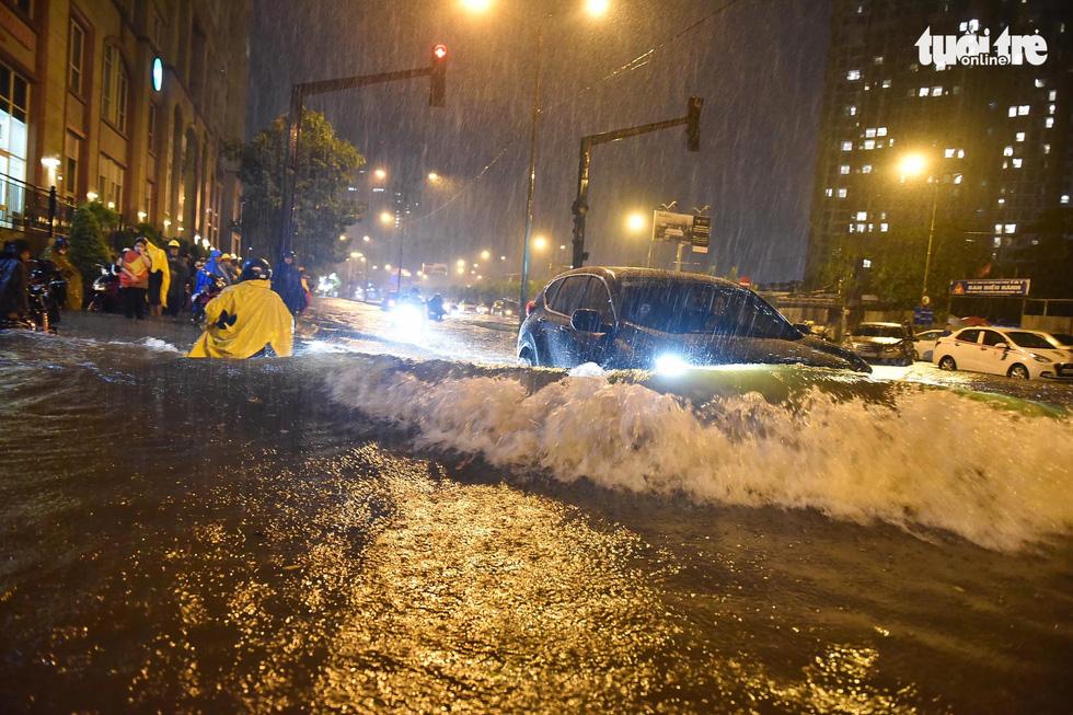 Sài Gòn mưa rất lớn, nửa đêm cả người lẫn xe vẫn vạ vật trên đường - Ảnh 6.
