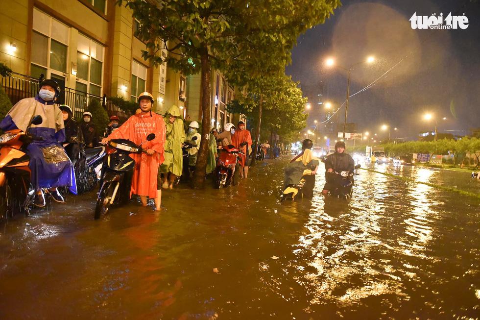 Sài Gòn mưa rất lớn, nửa đêm cả người lẫn xe vẫn vạ vật trên đường - Ảnh 7.
