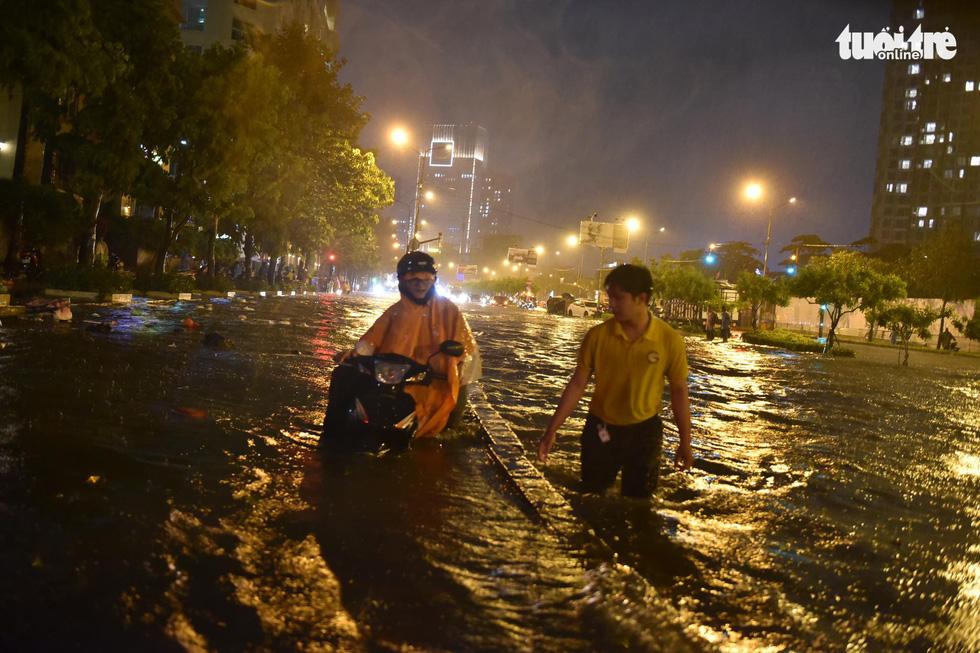 Sài Gòn mưa rất lớn, nửa đêm cả người lẫn xe vẫn vạ vật trên đường - Ảnh 10.