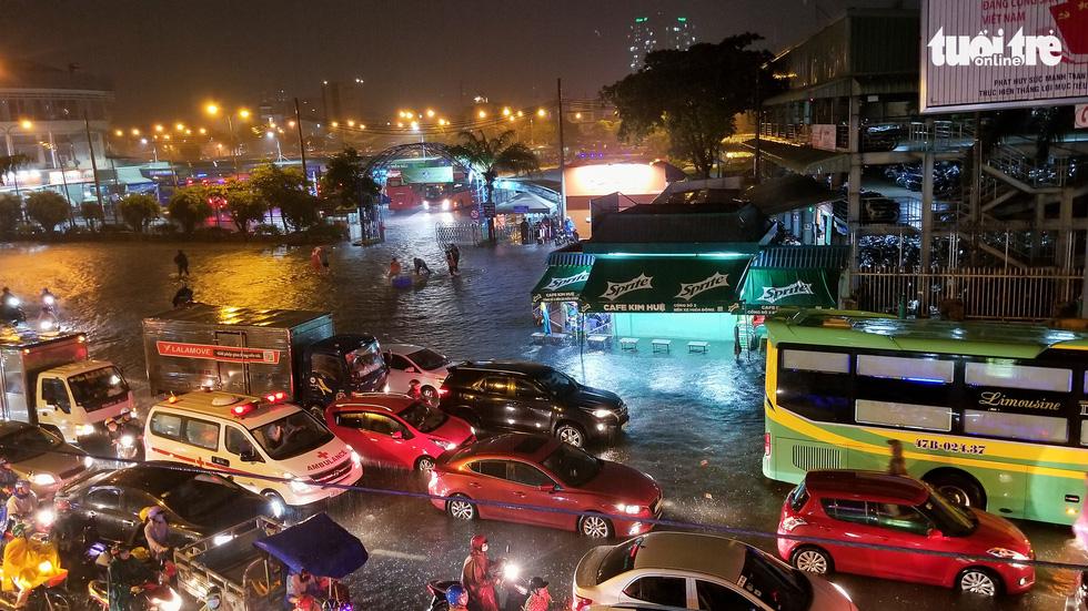 Sài Gòn mưa rất lớn, nửa đêm cả người lẫn xe vẫn vạ vật trên đường - Ảnh 8.