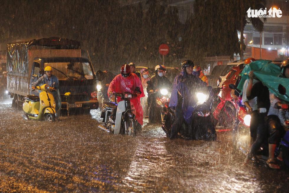 Sài Gòn mưa rất lớn, nửa đêm cả người lẫn xe vẫn vạ vật trên đường - Ảnh 3.