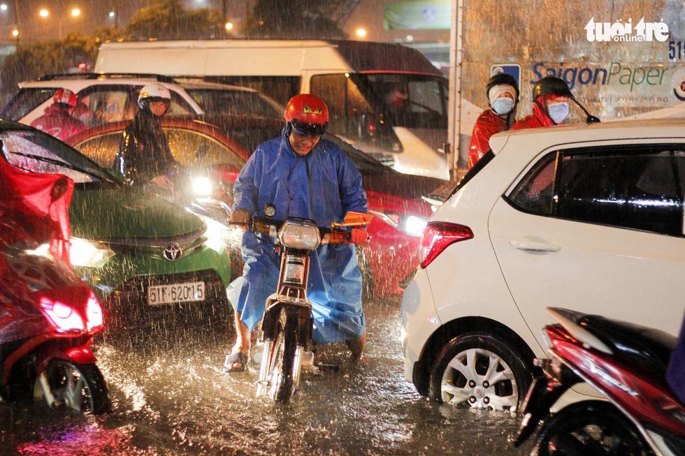Sài Gòn mưa rất lớn, nửa đêm cả người lẫn xe vẫn vạ vật trên đường - Ảnh 1.