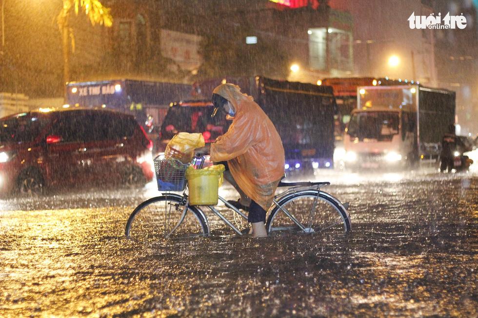 Sài Gòn mưa rất lớn, nửa đêm cả người lẫn xe vẫn vạ vật trên đường - Ảnh 9.