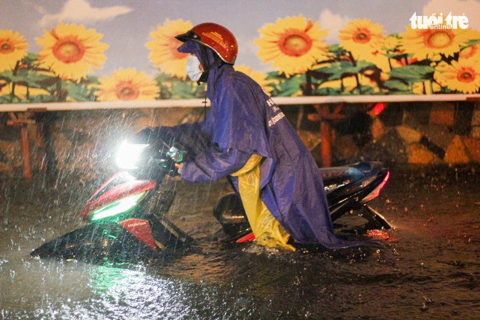 Sài Gòn mưa rất lớn, nửa đêm cả người lẫn xe vẫn vạ vật trên đường - Ảnh 5.