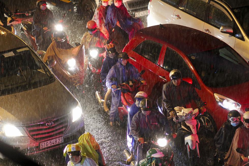 Sài Gòn mưa rất lớn, nửa đêm cả người lẫn xe vẫn vạ vật trên đường - Ảnh 11.