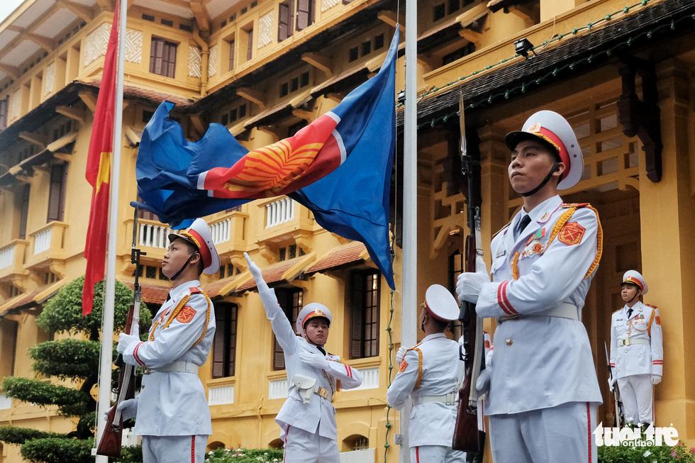 Lễ thượng cờ kỷ niệm 53 năm thành lập ASEAN - Ảnh 1.