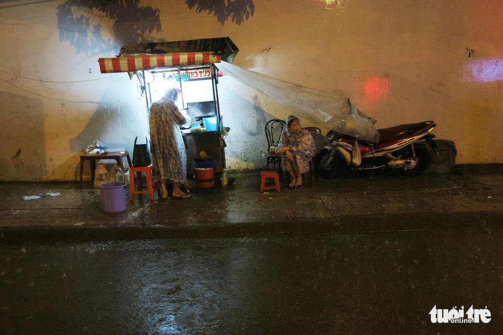 Đêm mưa tầm tã, nhiều người Sài Gòn vẫn vất vả mưu sinh - Ảnh 10.