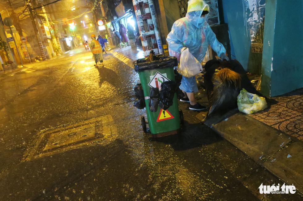 Đêm mưa tầm tã, nhiều người Sài Gòn vẫn vất vả mưu sinh - Ảnh 1.